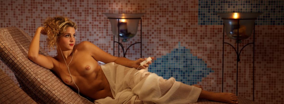 Apple: Nudo di donna sdraiata di Nicolas Patrick