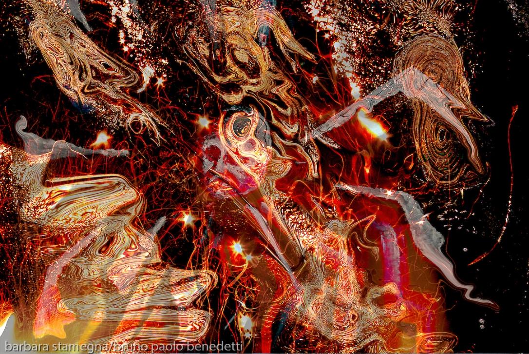 turbine di fiamme di colore rosso screziato in universo astratto: turbinii di fiamme e forma astratte concentriche con testa centrale su sfondo nero