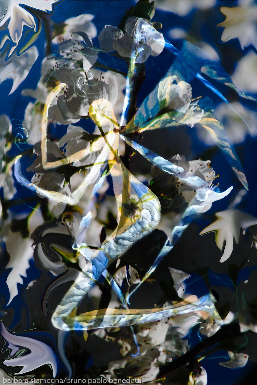 astrazione di angelo con le ali in immagine astratta con dominante di colore blu e tema bianco astratto