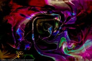 immagine con forme astratte fluide dei colori dell'arcobaleno con forti contrasti su sfondo nero