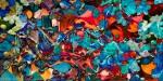 immagine astratta con chiazze di forme dai molti colori brillanti con una dominante di colore rosso e toni di colore blu