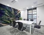 murale adesivo con tema fluido astratto ambientato in sala riunioni