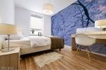 stampa adesiva murale di colore indaco con trama grezza su parete di camera da letto