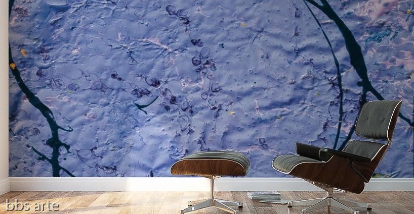 stampa adesiva murale di colore indaco con trama grezza su parete di studio
