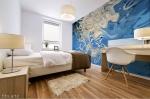 stampa murale adesiva con tema astratto fluido bianco su sfondo fluido blu su parete di camera da letto