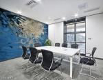stampa murale astratta con tema fluido bianco su sfondo fluido blu su parete di sala riunioni