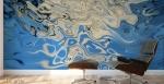 stampa murale con forma fluida bianca centrale su sfondo fluido blu su parete di studio