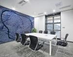 adesivo murale di colore indaco con trama grezza su parete di sala riunioni