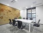 stampa murale con tema astratto con fili e forme geometriche triangolari,rettangolari con riccioli in tonalità di colore giallo su parete di sala riunioni